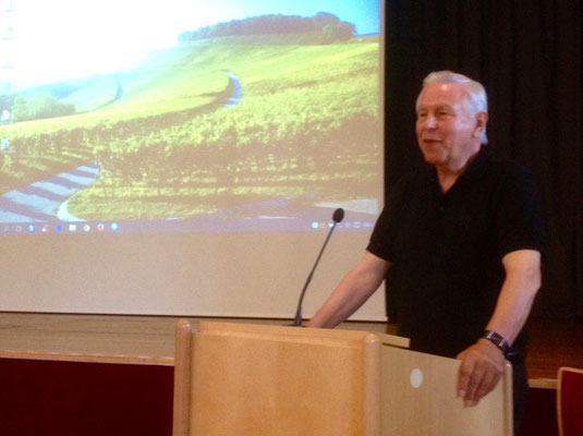 Gerd Roth hielt ein Referat über die Entstehung der Bielefelder Kennhühner