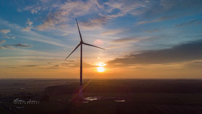 Sonnenuntergang Windräder Drohne