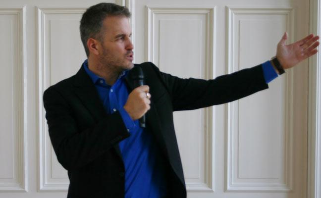 2014: Im Januar 2003 hielt Tom Krause seinen ersten Vortrag zum Thema Kundenbegeisterung vor Mitgliedern der Landesinnung der Maler und Lackierer Schleswig-Holstein. Seit 2013 widmet sich der Entertainer wieder verstärkt dem Thema Kundenbegeisterung.