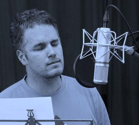 2009: Studioaufnahmen für eine hypnotische Trance. Insgesamt hat Tom Krause bisher 53 Produktionen zu den Themen Erfolg, Entspannung, Liebe, Reichtum, Sport und weiteren Lebensbereichen auf den Markt gebracht.
