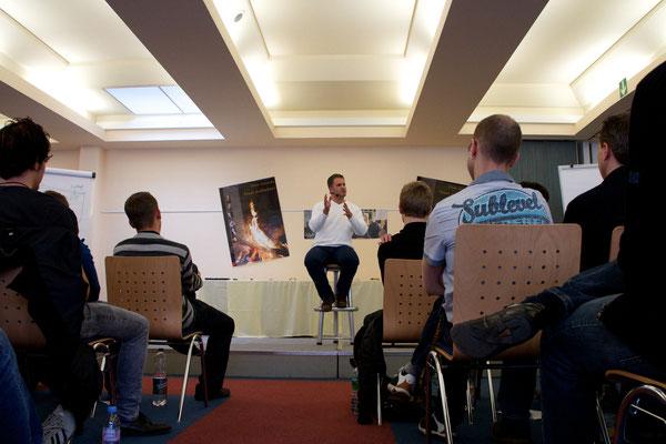 2008: Die Münchner Teilnehmer fordern den Trainer heraus.
