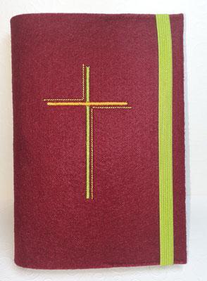 Stickmotiv Dreifarbiges Kreuz in grün-orange auf Filz in bordeaux (Stickdatei Rock-Queen)