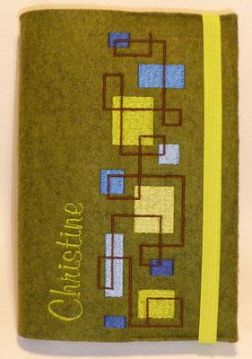 Stickmotiv Quadrate am laufenden Band  in blau-grün auf grün-meliertem Filz mit Namen vorne hochkant in Schriftart Mural Script