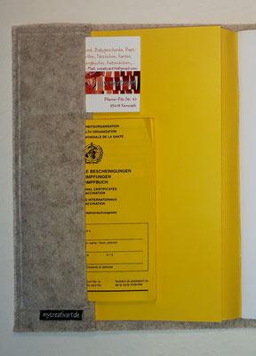So sieht die Umschlaginnenseite bei Filzeinbänden aus, auch mit zwei Einsteckfächern für Visitenkarte des Arztes bzw. Krankenversicherungskarte und Impfpaß
