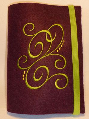 Stickmotiv Ranke in apfelgrün mit Gummi in apfelgrün auf Filz in burgund