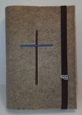 Stickmotiv Dreifarbiges Kreuz in braun-blau-creme auf Filz in natur meliert, Gummi in braun, Metalldeko AF (Stickdatei Rock-Queen)