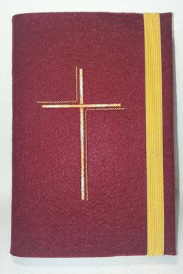 Stickmotiv Dreifarbiges Kreuz in Farbverlauf hellorange und gelb, Gummi in gelb auf Filz in bordeaux (Stickdatei Rock-Queen)