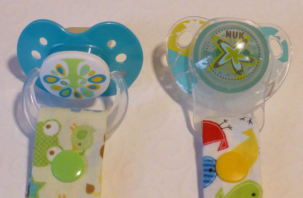 Befestigungen für Schnuller mit einem Ring (links) und für MAM- und NUK-Schnuller, zu denen man den Adapter braucht (rechts)