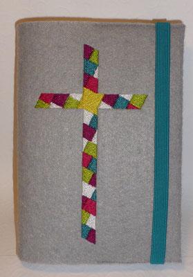 Stickmotiv Mosaik-Kreuz in purpur-petrol-grün mit Gummi in türkis auf Filz in grau