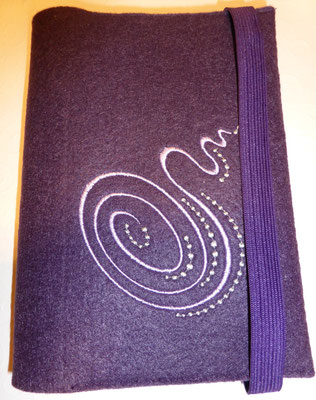 Stickmotiv Spirale in lavendel und Gummi in lila auf Filz in pflaume