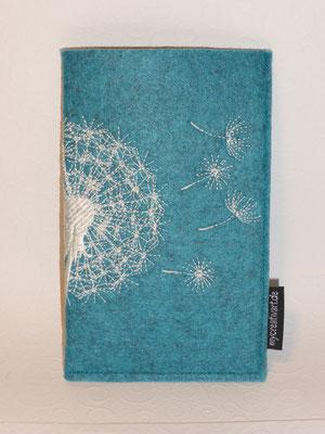 Verschlusslose, oben offene Handyhülle für 12,50 €; Filz lago meliert mit Stickmotiv Pusteblume (Stickdatei von Rock-Queen), das sich auf der Rückseite fortsetzt