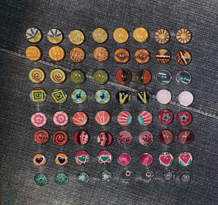 Die Stecker in der untersten Reihe und das pinke Paar in der vorletzten Reihe sind 10mm Durchmesser (die übrigen 12mm), also die richtige Größe für Mädchen unter ca. 10 Jahren. Ab ca. 10 Jahren kann man jede Größe nehmen.
