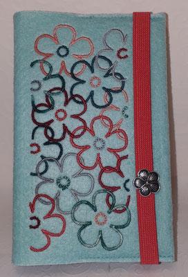 Stickmotiv Blumen in petrol-koralle-lachs-silber auf Filz in pastell-türkis mit kompakter Metallblüte