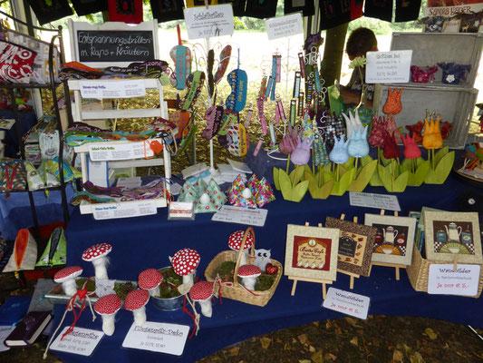 Unser Sortiment bestand u.a. aus Fliegenpilzen, Tulpen, Wandbildern, Schlüsselanhängern, Filzwindlichtern,...