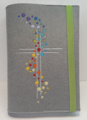"""Stickmotiv """"Bunte Punkte"""" in Regenbogen-Farben mit Gummi in grün auf Filz in grau"""