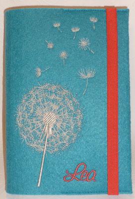 Stickmotiv Pusteblume uni in silber mit koralle kombiniert auf Filz in lago (Stickdatei von Rock-Queen), Gummi koralle, Schriftart Saginaw