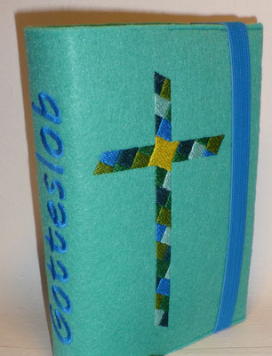 Stickmotiv Mosaik-Kreuz in grün-mint-blau-petrol mit Gummi mittelblau auf Filz in türkis, Schriftart AR Cena