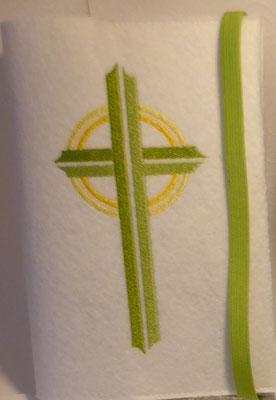 Stickmotiv Kreuz in apfelgrün-gelb und Gummi in apfelgrün auf Filz in weiß