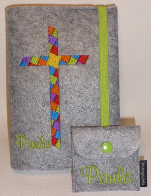 Stickmotiv Mosaik-Kreuz in Regenbogenfarben mit Gummi in grün auf Filz in hellgrau-meliert, Rosenkranztäschchen mit Schriftart Mural Script