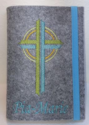 Stickmotiv Kreuz in grün-türkis auf Filz in hellgrau-meliert