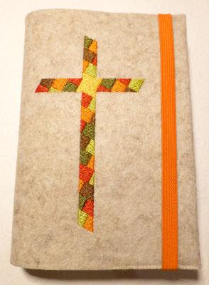 Stickmotiv Mosaik-Kreuz in orange-grün-braun mit Gummi in orange auf Filz in kamelhaar
