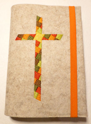 Stickmotiv Mosaik-Kreuz in orange-grün-braun mit Gummi in orange auf Filz in kamelhaar