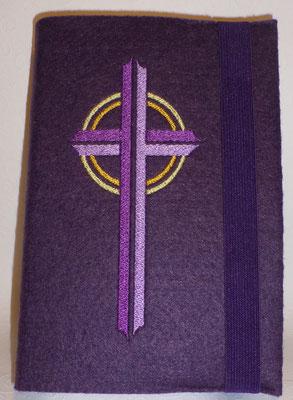 Stickmotiv Kreuz in lila-flieder auf Filz in lila für großes katholisches Gotteslob mit breitem Gummi in lila