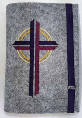 Stickmotiv Kreuz in lila-purpur mit Gummi in lila auf Filz in hellgrau-meliert