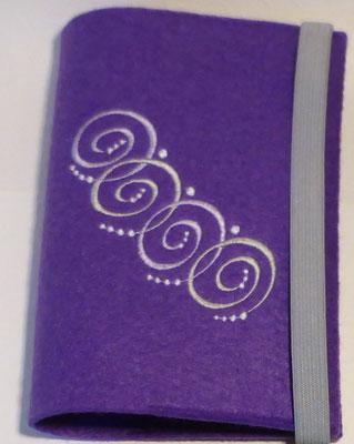 Stickmotiv Spiralkette in lavendel und Gummi in lavendel auf Filz in lila