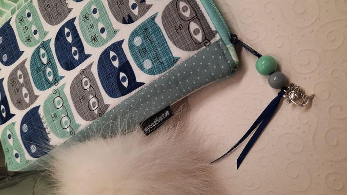 """""""Katzen blau-grau"""" auf dem Stoff und am Reißverschluß  (der """"Katzenstoff blau-grau"""" reicht nur noch für eine solche Tasche, ich habe ihn aber auch noch in rosa-grau!)"""