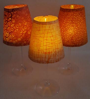 Diese Weinglas-Windlichter spenden sanftes Licht (mehr unter Windlichter), Preis Schirm + Glas 7,50€.