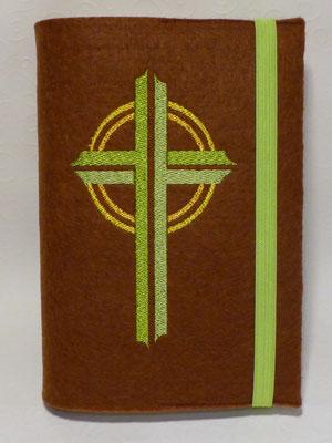 Stickmotiv Kreuz in apfelgrün und Gummi in apfelgrün auf Filz in braun