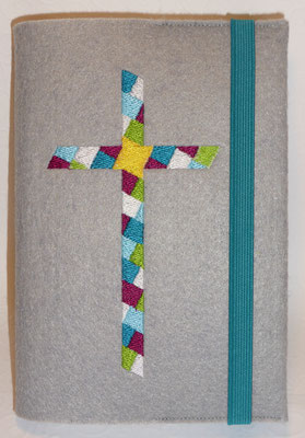 Stickmotiv Mosaik-Kreuz in türkis-purpur-grün it Gummi in türkis auf Filz in grau
