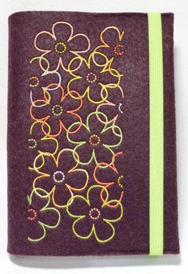Stickmotiv Blumen in grün-orange auf Filz in burgund