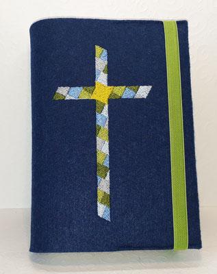 Stickmotiv Mosaikkreuz in grün-hellblau und Gummi apfelgrün auf Filz in nachtblau
