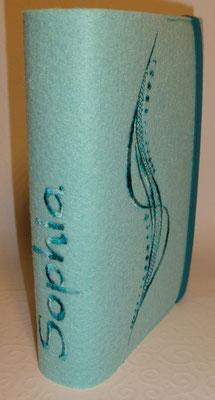 Stickmotiv Welle mit Farbverlaufsgarn in smaragd und Gummi in petrol auf Filz in pastell-türkis, Schriftart Present normal