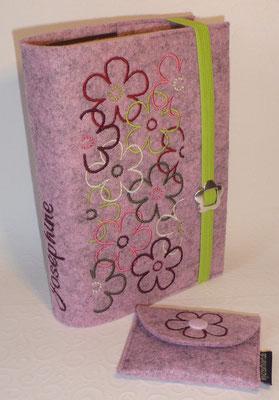 Stickmotiv Blumen in bordeaux-taupe-grün-rosa auf Filz in rosenholz-meliert mit passendem Rosenkranztäschchen