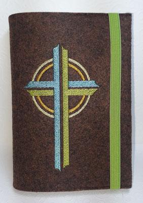 Stickmotiv Kreuz in türkis-grün-gelb auf Filz in braun meliert, Gummi in grün