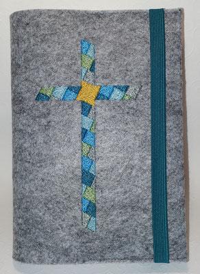 Stickmotiv Mosaikkreuz in Pastell-türkis-grün auf Filz in hellgrau-meliert