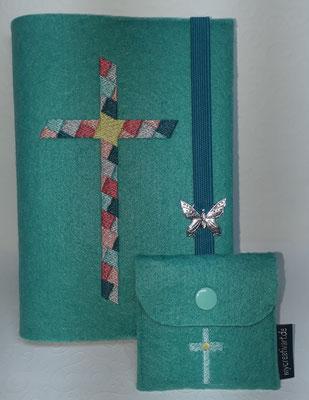 Stickmotiv Mosaikkreuz in petrol-mint-silber-koralle-lachs auf Filz in türkis mit Rosenkranztäschchen Kreuz (Stickdatei von Tanja Resing - himbeerdesign)
