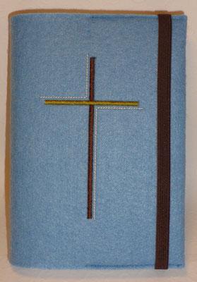 Stickmotiv Dreifarbiges Kreuz in braun-oliv auf Filz in hellblau