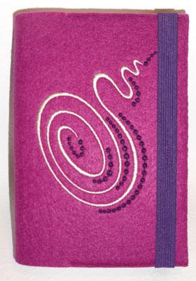 Stickmotiv Spirale in creme mit Gummi in lila auf Filz in hortensie