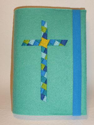 Stickmotiv Mosaikkreuz in blau-türkis-grün auf Filz in türkis mit Gummi in mittelblau