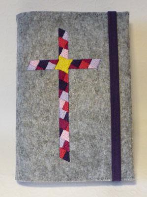 Stickmotiv Mosaik-Kreuz in lila-pink-rosa mit Gummi in lila auf Filz in grau-meliert