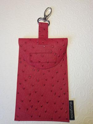 Hülle aus rotem Kunstleder in Straußenlederoptik, mit Überschlag + Klettverschluß + Karabiner