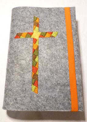 Stickmotiv Mosaik-Kreuz in orange-grün-braun mit Gummi in orange auf Filz in grau-meliert