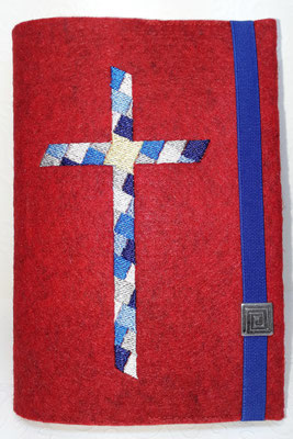 Stickmotiv Mosaik-Kreuz in blau-silber mit Gummi royal auf Filz in rot-meliert