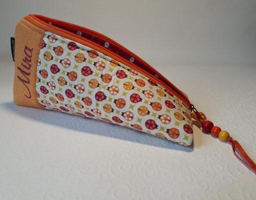 Marienkäfer orange-weinrot, dieser Stoff reicht nur noch für eine Schnullerkette, hab ihn noch in türkis-grün und ähnliche Marienkäfer in rot-pink-rosa auf weiß.