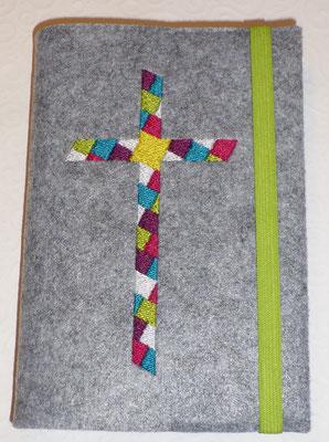 Stickmotiv Mosaik-Kreuz in purpur-türkis-pink-grün mit Gummi in grün auf Filz in grau-meliert