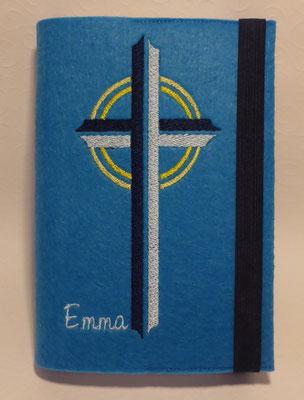 Stickmotiv Kreuz in marine-hellblau auf mittelblauem Filz, Schriftart CAC Pinafore